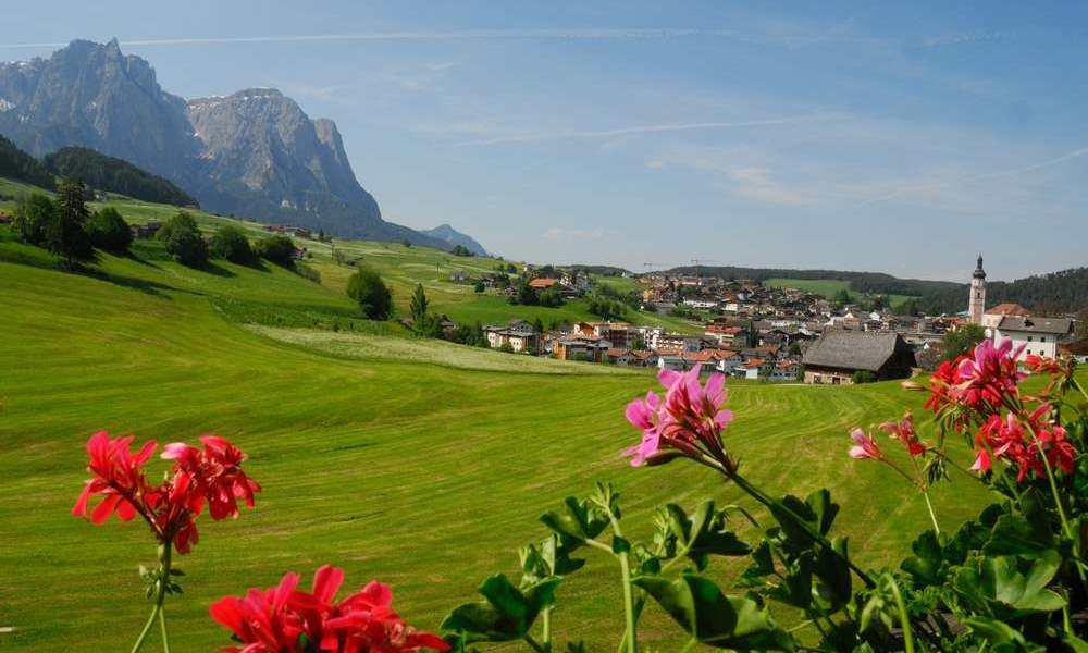 Spacious holiday apartments in Castelrotto with a great panoramic view on the Dolomites